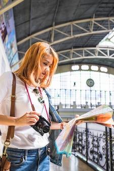 Senhora jovem, ligado, estação de comboios