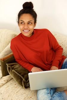 Senhora jovem, sentar sofá, com, laptop