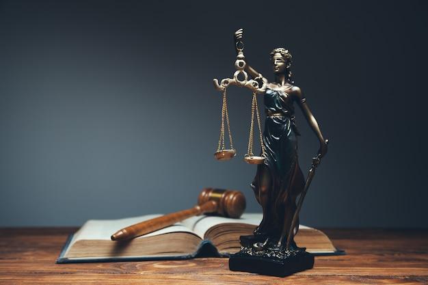 Senhora justiça, conceito de biblioteca de direito