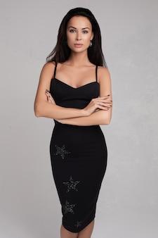 Senhora linda de vestido preto justo.