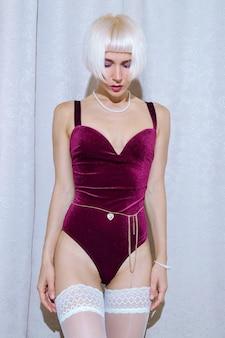 Senhora loira em lingerie vintage sexy. conceito de encontro romântico
