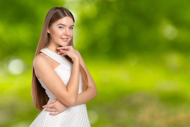 Senhora loira inteligente usando vestido branco