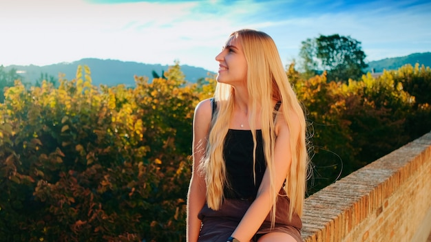 Senhora loira relaxando e sorrindo beleza natural se divertindo no verão