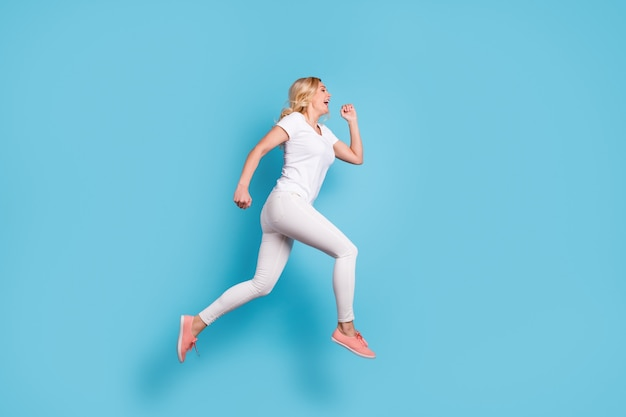 Senhora louca e funky salto divirta-se, corra depressa