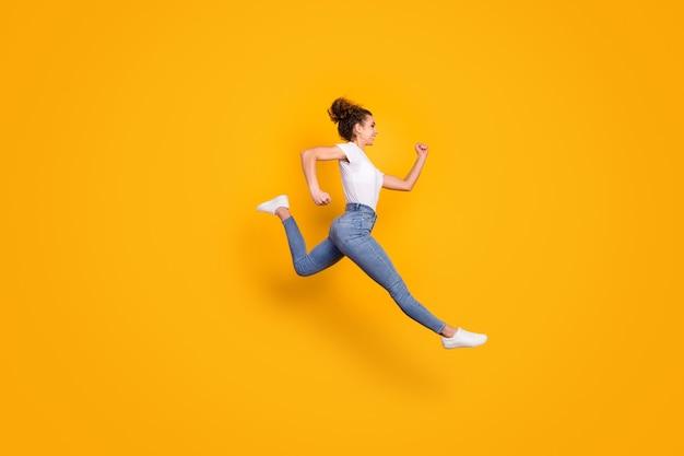 Senhora louca pulando alto correndo rápido