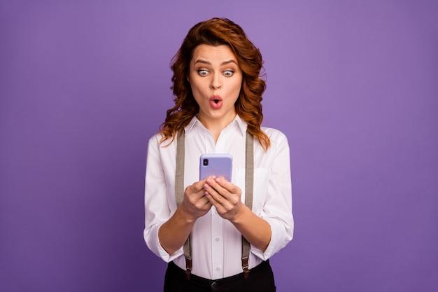Senhora louca viciada jogador de cassino jogador segurar telefone apostas online
