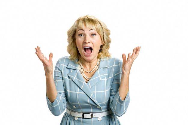 Senhora madura excitada, branca. mulher feliz surpresa olhando diretamente com a boca aberta e as mãos levantadas de empolgação.