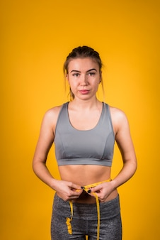 Senhora magro atraente, medindo a cintura