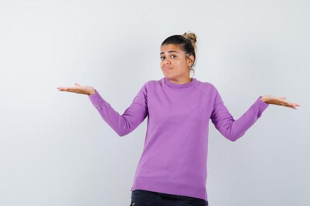 Senhora mostrando gesto desamparado em blusa de lã e parecendo confusa
