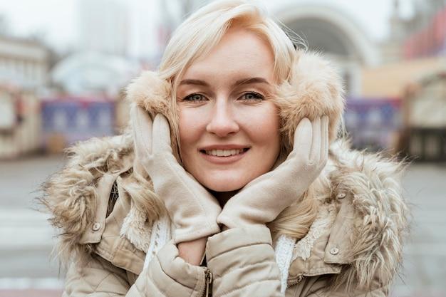 Senhora no inverno sorrindo vista frontal