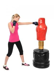 Senhora nova do encaixotamento com o manequim do saco do oponente do corpo