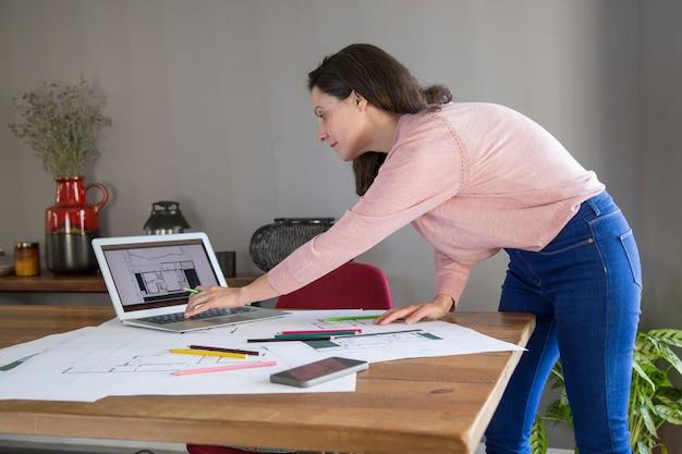 Senhora ocupada elaboração de design para apartamento