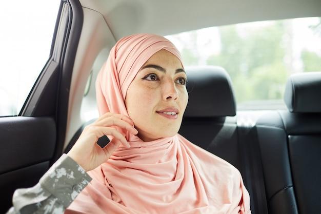 Senhora pensativa do oriente médio em hijab