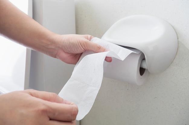 Senhora puxando o tecido no banheiro