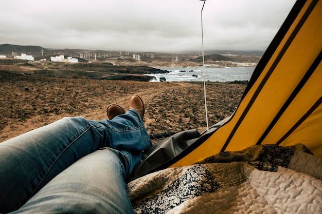 Senhora relaxada dentro de uma barraca na praia