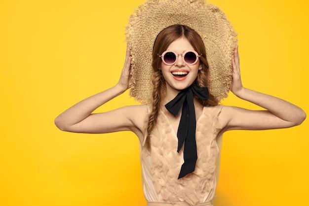 Senhora romântica em emoções de vestido de modelo de óculos de sol de chapéu de palha. foto de alta qualidade