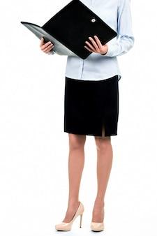 Senhora segurando a pasta de couro aberta. mulher de negócios com a pasta preta aberta. lembre-me dos detalhes. analisando a agenda de hoje.