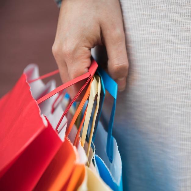 Senhora segurando diferentes pacotes de compras