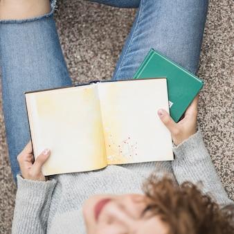 Senhora segurando livros nas etapas