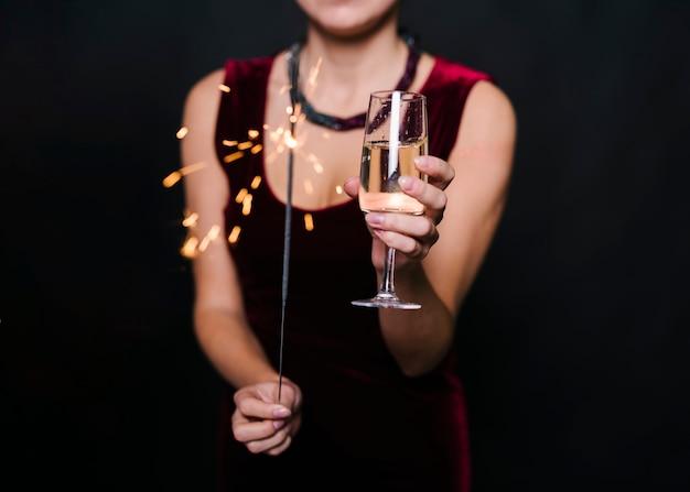 Senhora, segurando, queimadura, bengal, luzes, e, vidro, de, bebida