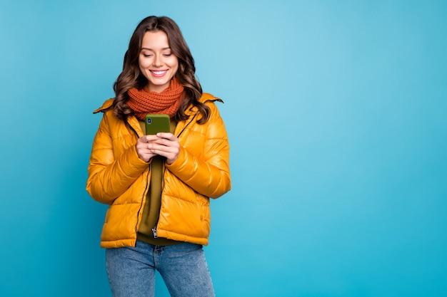 Senhora segurando um telefone usando um lenço jeans estilo blusão de outono