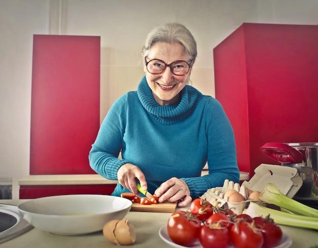Senhora sênior cozinhar alegremente