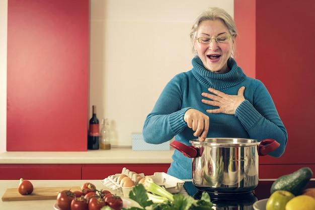 Senhora sênior cozinhar em casa