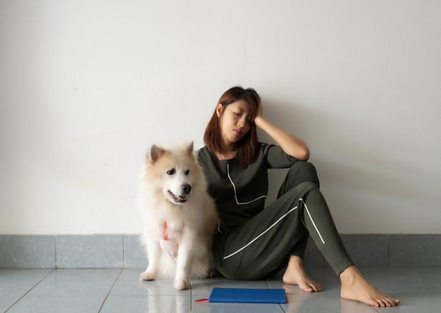 Senhora sentada ao lado do cachorro com um sentimento infeliz