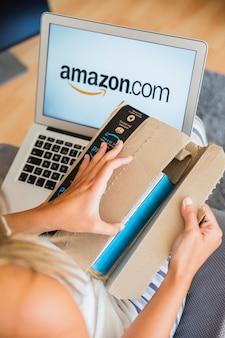 Senhora sentada com laptop e abertura de envio