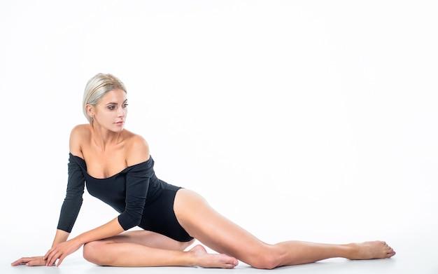 Senhora sexy da realidade com ajuste corpo esguio feminino cuidados de saúde depilação pés pele conceito de beleza