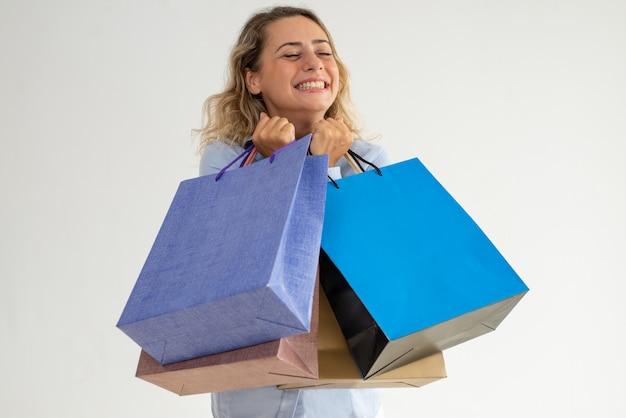 Senhora sonhadora feliz fazendo desejo enquanto vai às compras