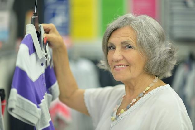Senhora sorridente na loja