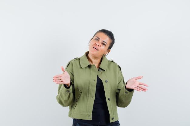 Senhora tentando esclarecer problema na jaqueta