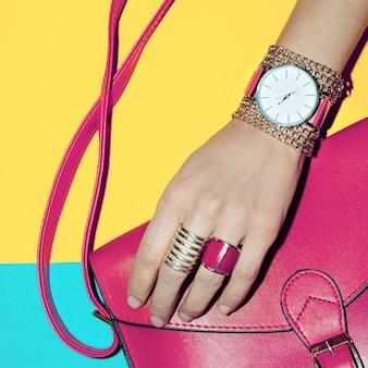 Senhoras de acessórios de moda de verão brilhante. bolsa e joias cor de rosa.