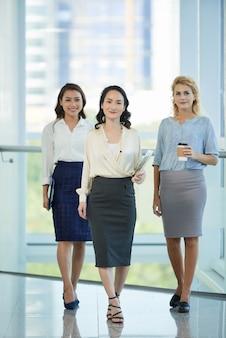 Senhoras de negócios bem sucedidos