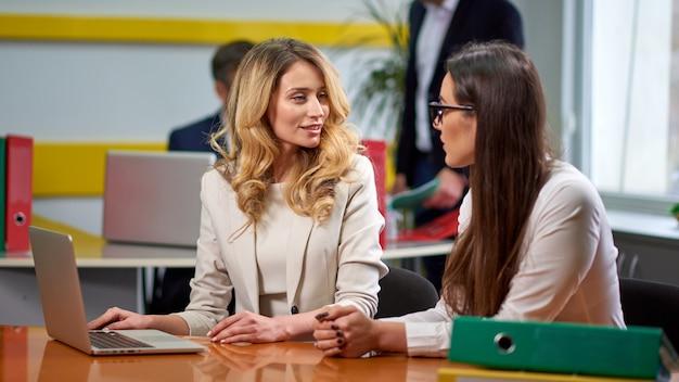 Senhoras mulheres na mesa de reunião