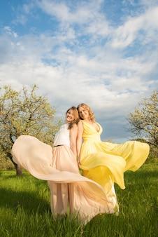 Senhoras vintage em um parque primavera