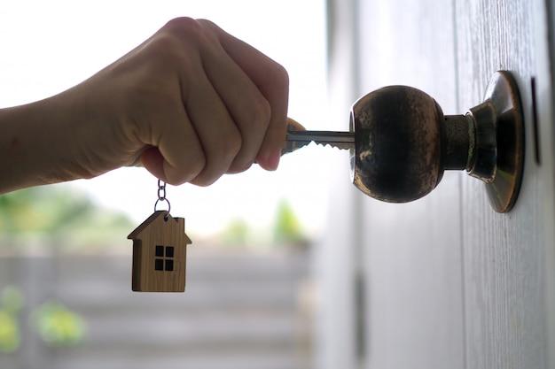 Senhorio desbloqueia a chave da casa para nova casa