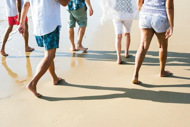 Sênior amigos brincando na praia