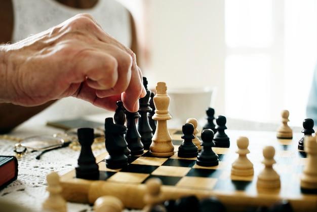 Sênior amigos jogando xadrez juntos