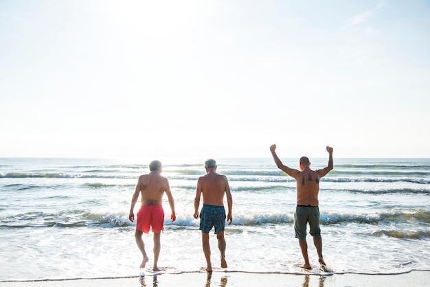 Sênior amigos se divertindo na praia