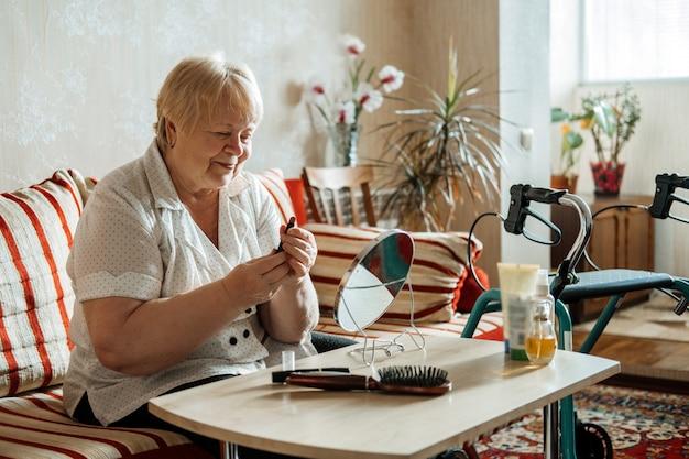 Sênior, beleza e cuidados com a pele. idoso e mulher loira com deficiência aplicando batom