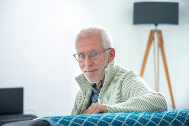 Sênior com cabelos grisalhos, usando óculos