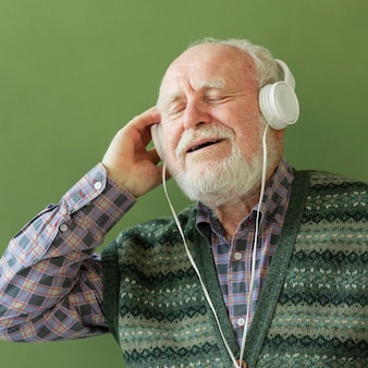 Senior curtindo música em fones de ouvido