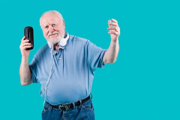 Senior de alto ângulo com música de alto-falante
