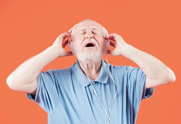 Sênior de baixo ângulo apreciando música