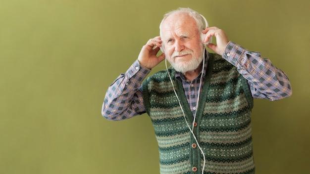 Senior de baixo ângulo com fones de ouvido
