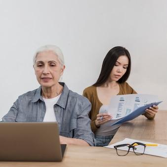 Sênior e jovem mulher trabalhando juntos