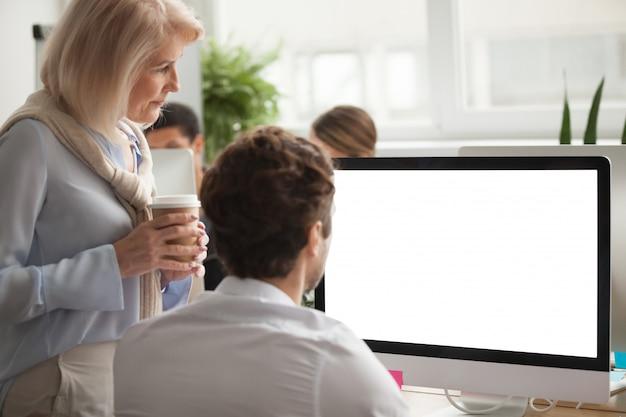 Sênior, executiva, verificar, anual, relatório, ligado, tela computador, ajudando, colega