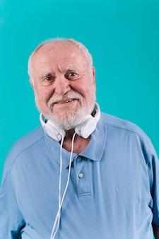 Sênior feliz do retrato com fones de ouvido